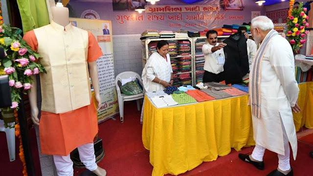 अहमदाबाद शॉपिंग फेस्टिवल में PM Modi बने ग्राहक, जैकेट का कार्ड से किया भुगतान, मिला यह डिस्काउंट