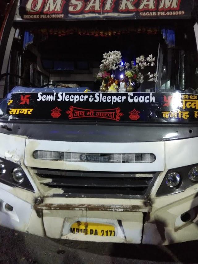 दमोह हटा रोड पर रफ्तार का कहर.. पन्ना से इंदौर जा रही सागर के ओम साईं राम ट्रेवल्स की बस ने युवक को मारी टक्कर.. मुड़िया निवासी युवक की मौके पर दर्दनाक मौत..