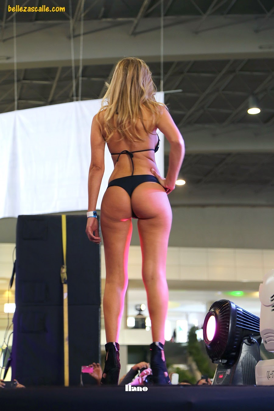 Adolescente rubia en bikini ver