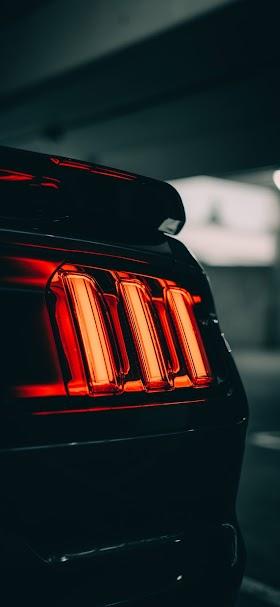 خلفية الضوء الخلفي لسيارة موستانج سوداء اللون