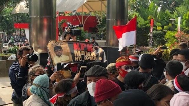 Massa Demo Anies Dikawal Polisi, Mahasiswa Tunjukkan Poster ke Jokowi Langsung Diamankan