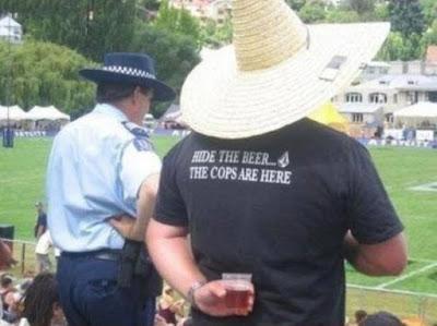 Verstecke das Bier - Die Polizei kommt - T-Shirt Spruch lustig