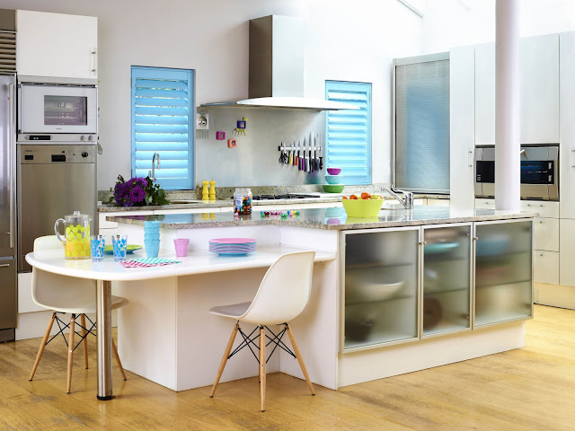 Niebieskie shutters okiennice drewniane wewnętrzne w kuchni