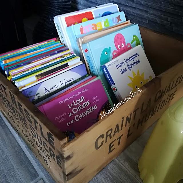 Rangement livres jeunesse dans une caisse en bois