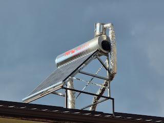 Süsteem koosneb karastatud klaasist torudest, mis on üksteise sisse kinnitatud. Nendevaheline ruum on vaakum ja võimaldab soojuskadusid minimeerida. Vaakumtorukollektorite puhul ei pea töövedelik olema antifriis. Süsteem toodab sooja vett kuni 18° C ja pilves ilmaga. Külmakindlus -30° C. Kuuma vee paak on isoleeritud 65 mm paksuse polüuretaaniga, mis minimeerib soojuskadusid. Sel viisil hoitakse paagis olevat kuuma vett pikka aega. Suvel võib temperatuur tõusta 95°C ja talvel 55°C. Kroom-nikkel veepaak