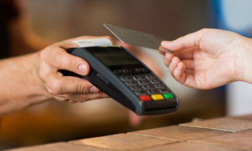 Την παράταση της εφαρμογής της αύξησης του ορίου των ανέπαφων συναλλαγών με κάρτες χωρίς τη χρήση ΡΙΝ στο ύψος των 50 ευρώ έως την 31 Μαρτίου 2021, ανακοίνωσε η Ενωση Ελληνικών Τραπεζών.
