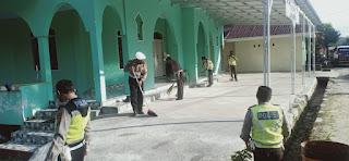 Dalam Rangka Hari Bhayangkara Lalu Lintas ke-66, Sat Lantas Polres Luwu Utara Bersihkan Sejumlah Rumah Ibadah