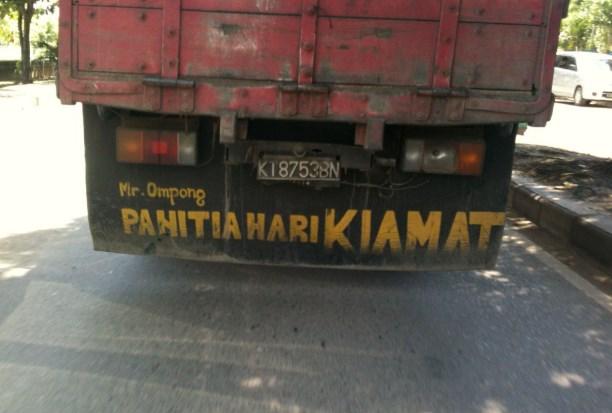tulisan kocak dibelakang truk pengangkut