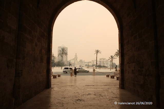 Puerta de las torres de Serranos  en Valencia bajo el humo y las cenizas del incendio del 2012.