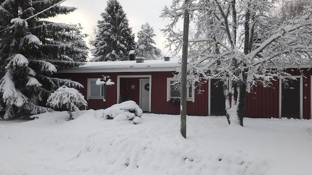 talvi piha talo lunta