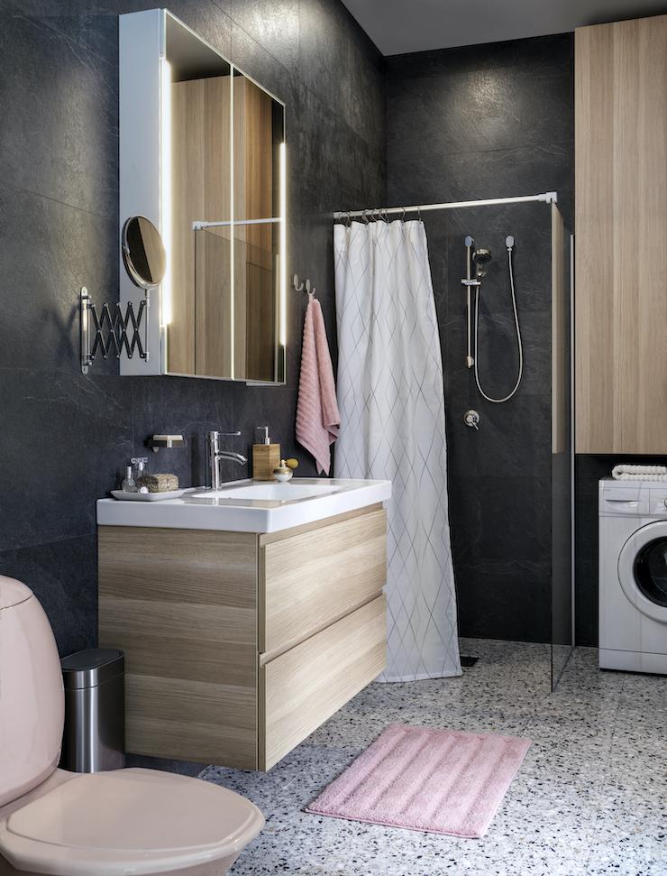 Novedades catálogo IKEA 2021 en baños: baño moderno con mueble de madera.