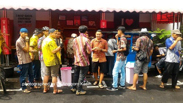 Peserta gowes bareng berbaju batik menikmati konsumsi yang disediakan.