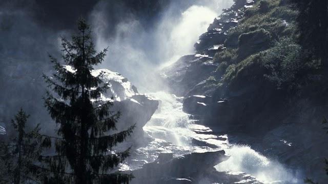 Lélegzetelállító felvétel: a Ciara visszafújt egy vízesést Skóciában