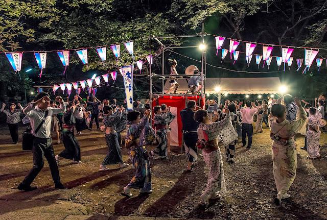 Tương truyền, vũ điệu Bon-Odori được bắt nguồn từ câu chuyện về Phật tử Mokuren. Đến nay, điệu nhảy Bon-Odori đã phát triển thành rất nhiều phong cách khác nhau và ngay cả nhạc nền cũng tùy theo từng vùng. Kiểu truyền thống điển hình là các vũ công nhảy múa vòng tròn quanh một giàn gỗ gọi là Yakura.