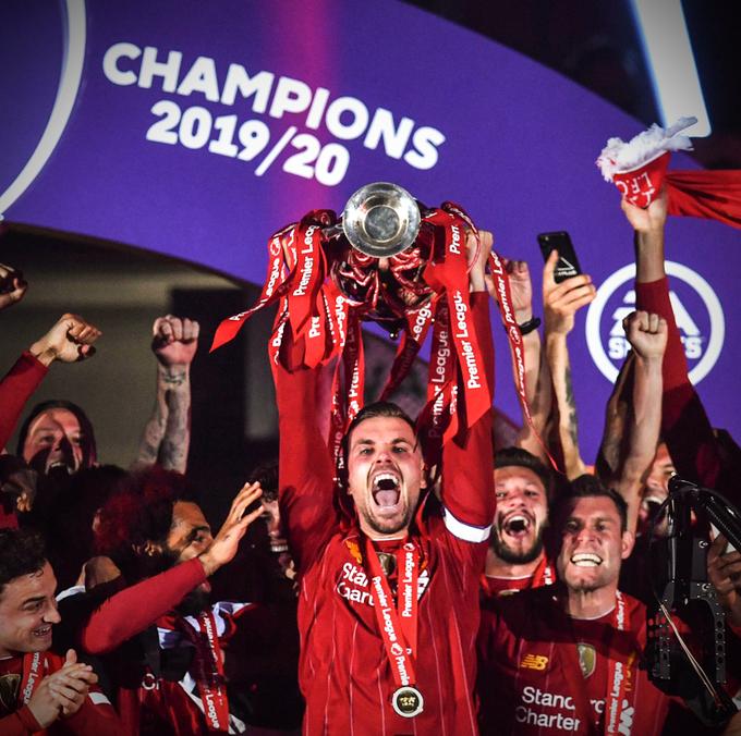 بالصور.. ليفربول يرفع كأس البريميرليج في أنفيلد