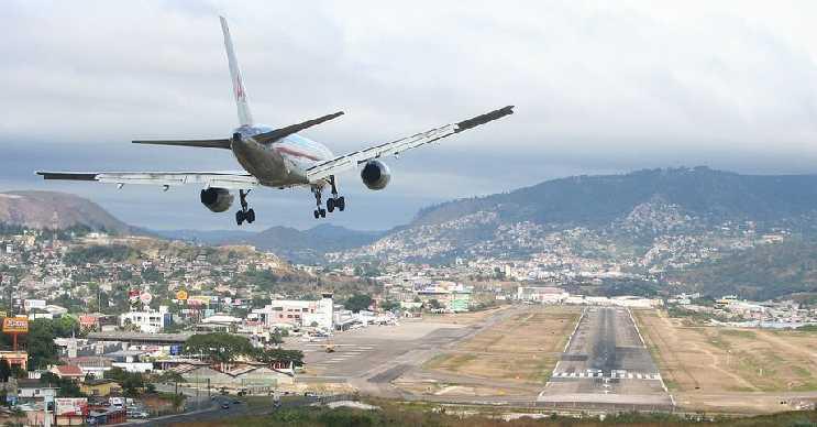 Butan Krallığı'ndaki Parol havaalanı inilmesi en zor pistlerden birine ev sahipliği yapıyor.