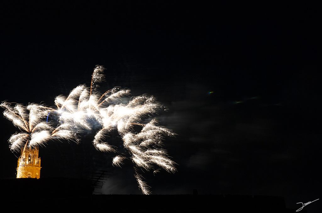 Fuego Artificials con la torr de La Seu Vella de fondo