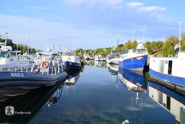 """Und es gibt Boote und Schiffe. Tobermory hat gleich 2 Haefen,  """"Little Tub"""" und """"Big Tub""""  Harbour,  von wo aus auch die grosse Faehre nach Manitou Island geht."""