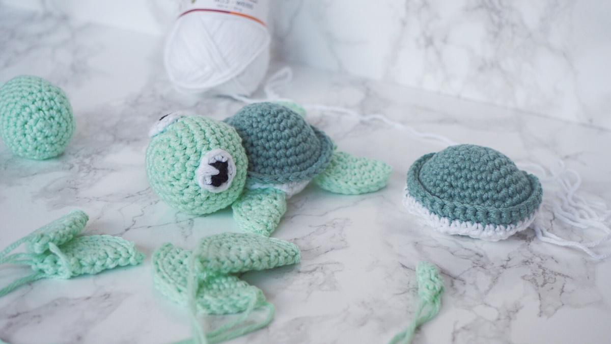 Gehäkelte Schildkröte in Arbeit