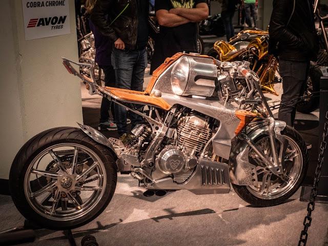 Revolver, por Mechanical Workshop of Mevdevev en Moscú. El motor es un Honda NX 650, el basculante tiene un VFR400.