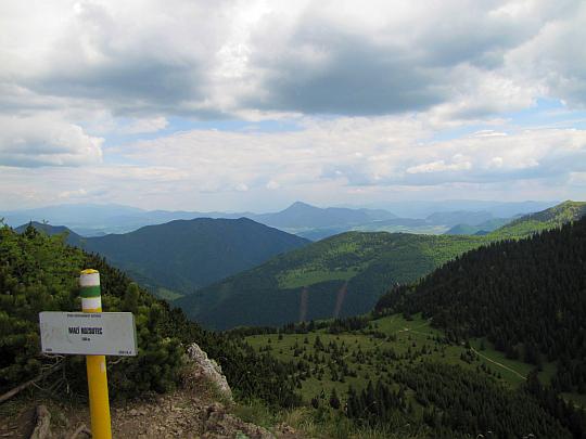 Widok ze szczytu Małego Rozsutca w kierunku Gór Choczańskich.