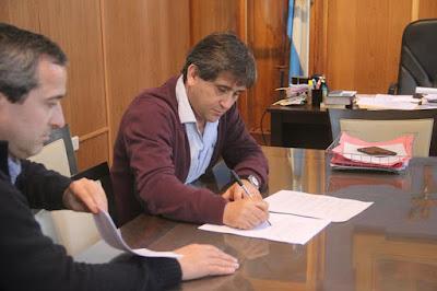 Juan José Fioramonti firmo convenio con Circulo de Educadores Loberia
