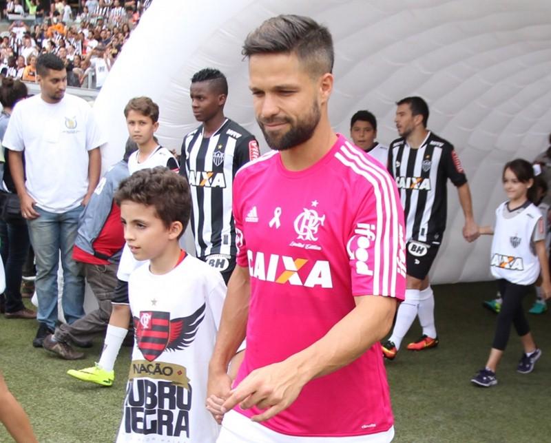 cf701bea75 Diego vestindo camisa do Flamengo rosa – Foto  Gilvan de Souza   Flamengo