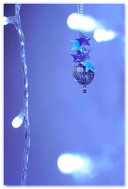 sautoir breloque montgolfière et étoiles émaillées