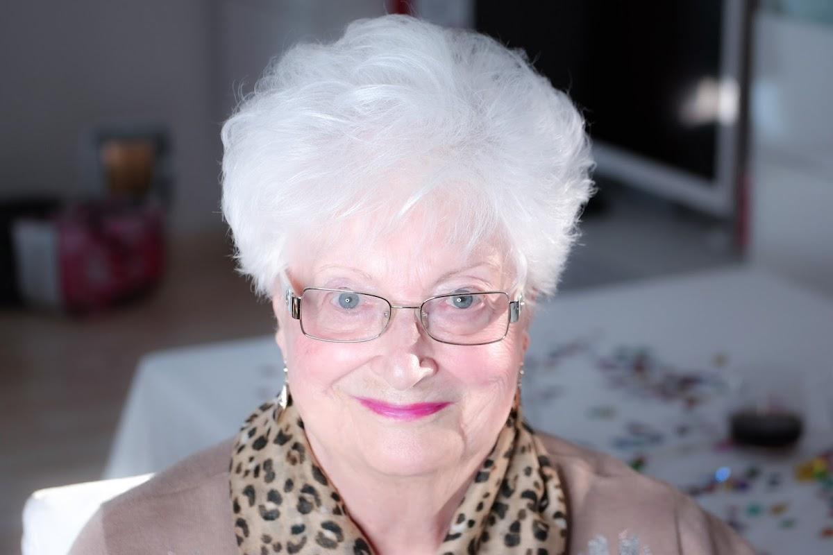 Look 90 Jahre alt und neonpinker Lippenstift