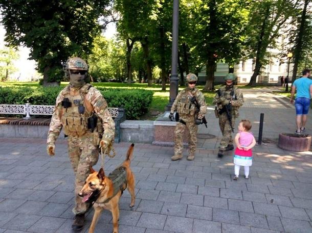 Фінал ЛЧ: на вулицях Києва юрби фанатів і спецназ