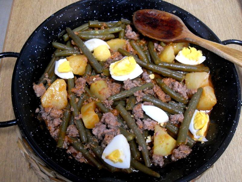 Cazuela de judías verdes redondas con patatas, migas de atún y huevo cocido.