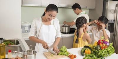 memasak bersama antar anggota keluarga dapat membangun bonding keluarga