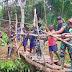 Aksi Cepat dan Prihatin Terhadap Warga, Satgas Pamtas Yonif Mekanis 516/CY Buat Jembatan Penyeberangan Darurat