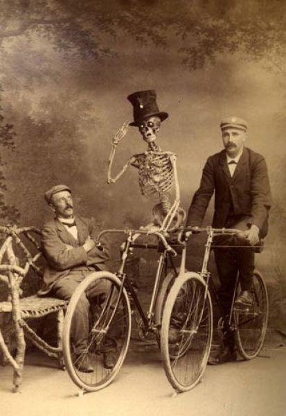 Esqueleto andando en bici