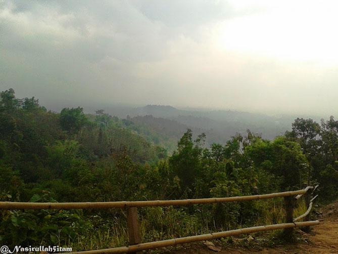Pagar pembatas melihat mentari terbit di Punthuk Setumbu