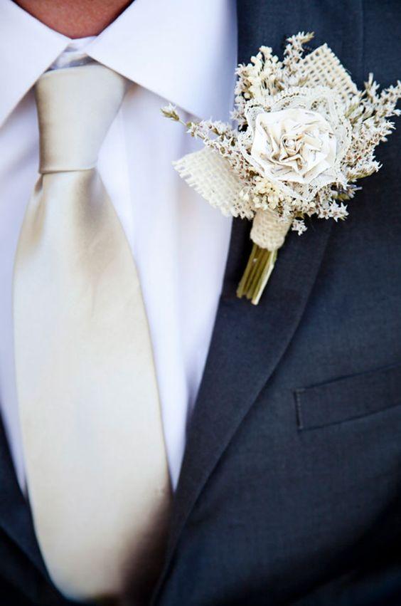 Bonito prendido hecho a mano en tela arpillera y puntilla de encaje