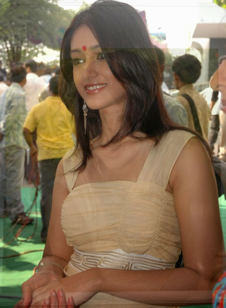 Illeana beauty in red dress + other HQ pics....