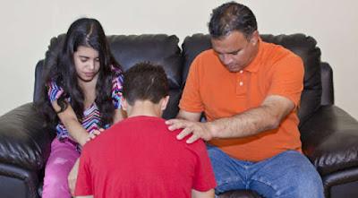 Tată care se roagă pentru copilul său - imagine preluată de pe site-ul http://www.charismanews.com
