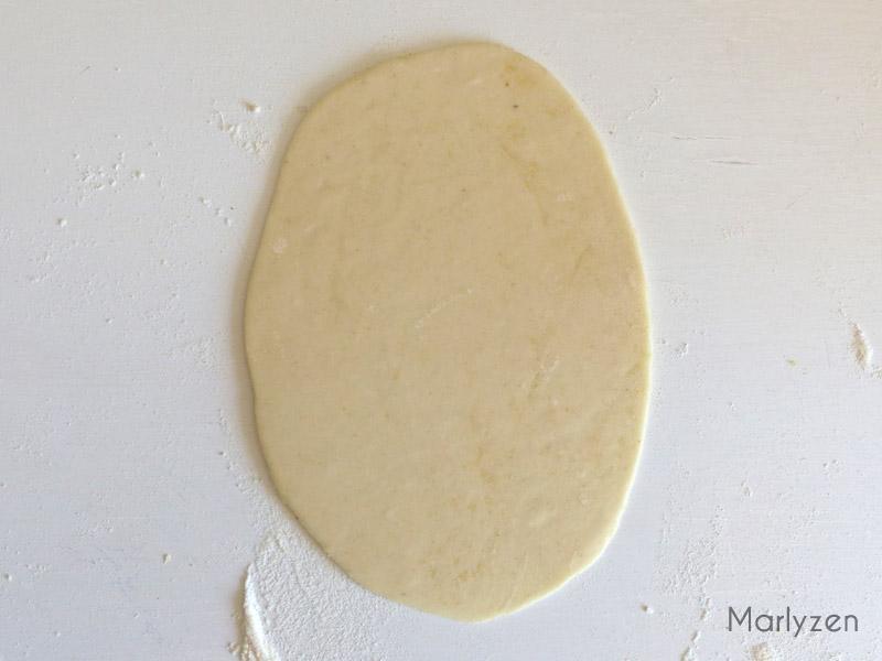 Aplatissez une boule et donnez lui une forme ovale.