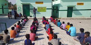 जालौन: बीहड़ के गांव में चाइल्ड लाइन ने कराई बच्चों की खुली सभा, सरकारी योजनाओं की पहुंच से दूर हैं ग्रामीण