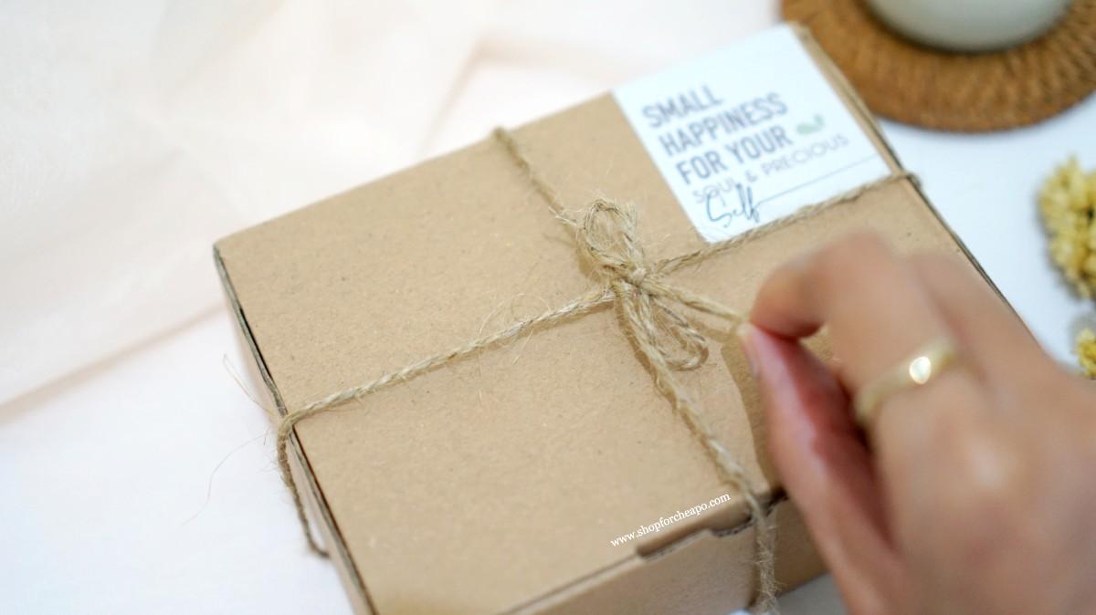 kemasan pengiriman menggunakan kardus, dengan hiasan tali rami dan label soul & precious