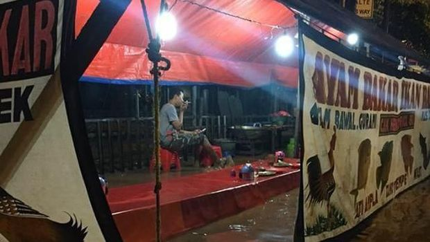 Tetap Lahap Makan di Warung Tenda Jatinegara Meski Banjir