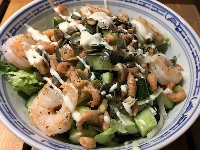 salade met koolrabi, gamba's en garnalen