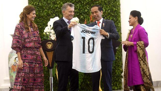 Jokowi Menjadi Messi Dikarenakan Mendapatkan Baju Sepak Bola Dari Argentina 2019Jokowi Menjadi Messi Dikarenakan Mendapatkan Baju Sepak Bola Dari Argentina 2019
