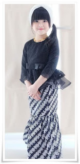 6. Baju kebaya brokat modern warna hitam padu padan dengan rok batik duyung