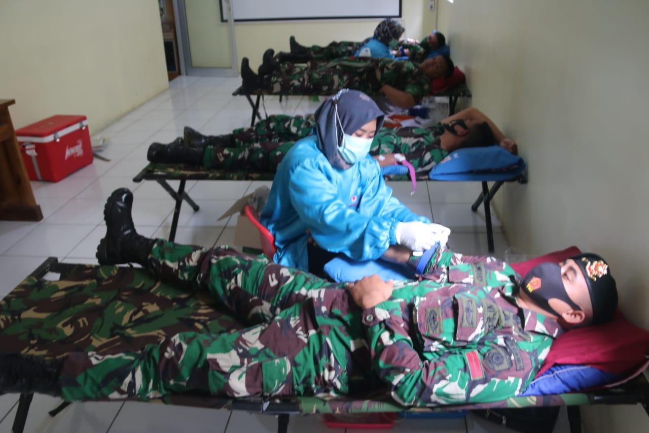 Prajurjit Yonif Mekanis Raider 411 Kostrad Ikuti Donor Darah di Salatiga