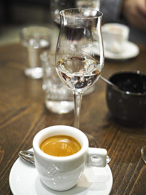 cafe avec, espresso ja sambuca