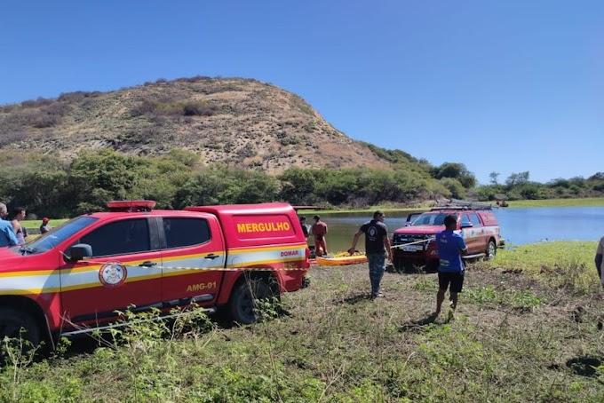 Bombeiros encontram corpos de jovens que desapareceram após canoa afundar em açude da Paraíba