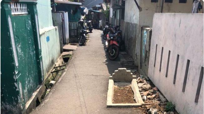 Potret Kuburan di Jalanan Gang Sempit, Rupanya Partner Mamah Dedeh Mengakuinya