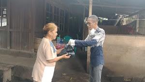 Rogoh Kantong Pribadi, Komisioner Bawaslu Beri Bantuan Warga Miskin Yang Sosial Distancing Karena Covid-19 di Kauditan-Airmadidi